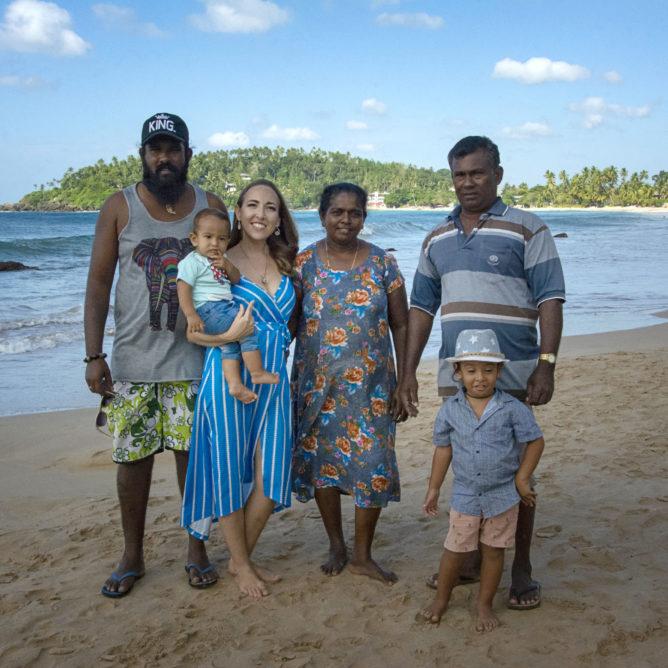 Виктория Планеттэр и шриланкийская семья на пляже